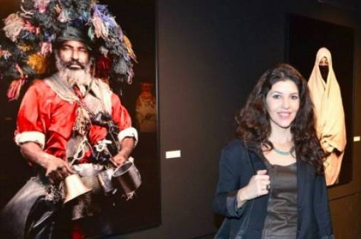Fotografin Leila Alaoui mit Portraitfotos auf der Ausstellung in Paris