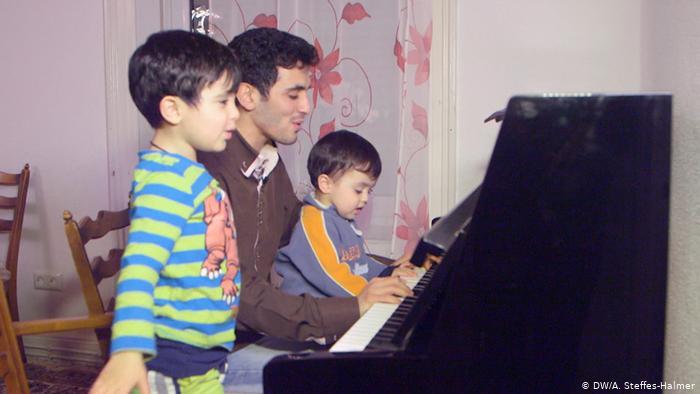 Aeham Ahmad mit Kindern am Klavier