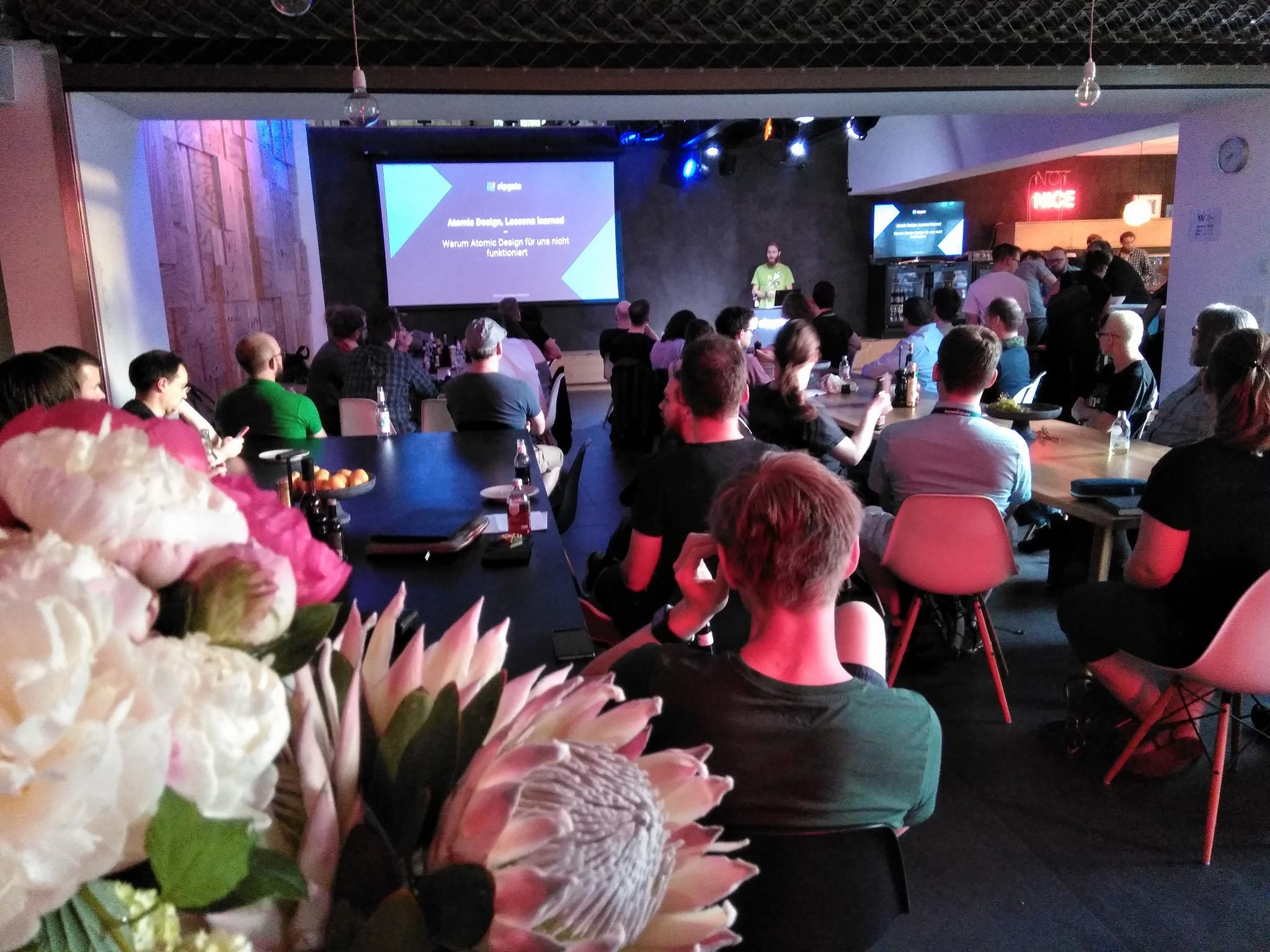 Foto eines Meetups bei Sipgate mit Blumen im Vordergrund