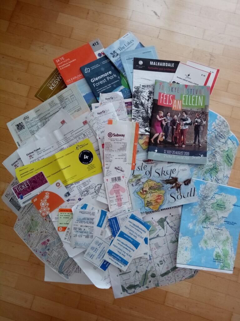 Flyer, Fahrkarten, Tickets und Notizen auf einem Tisch