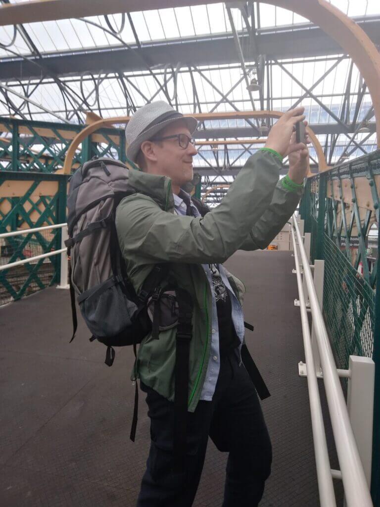 Ingo fotografiert mit Hut und Rucksack