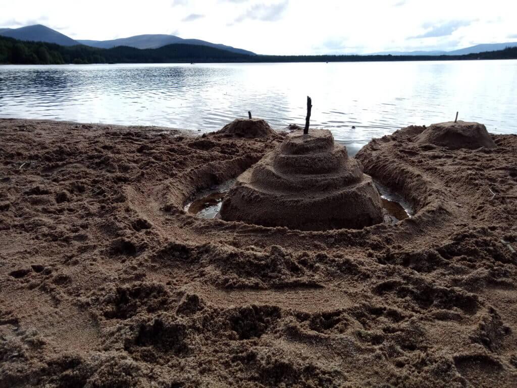 Sandburg an schottischem See