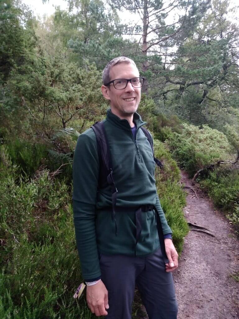 Ingo Steinke mit Regenjacke in den Cairngorms