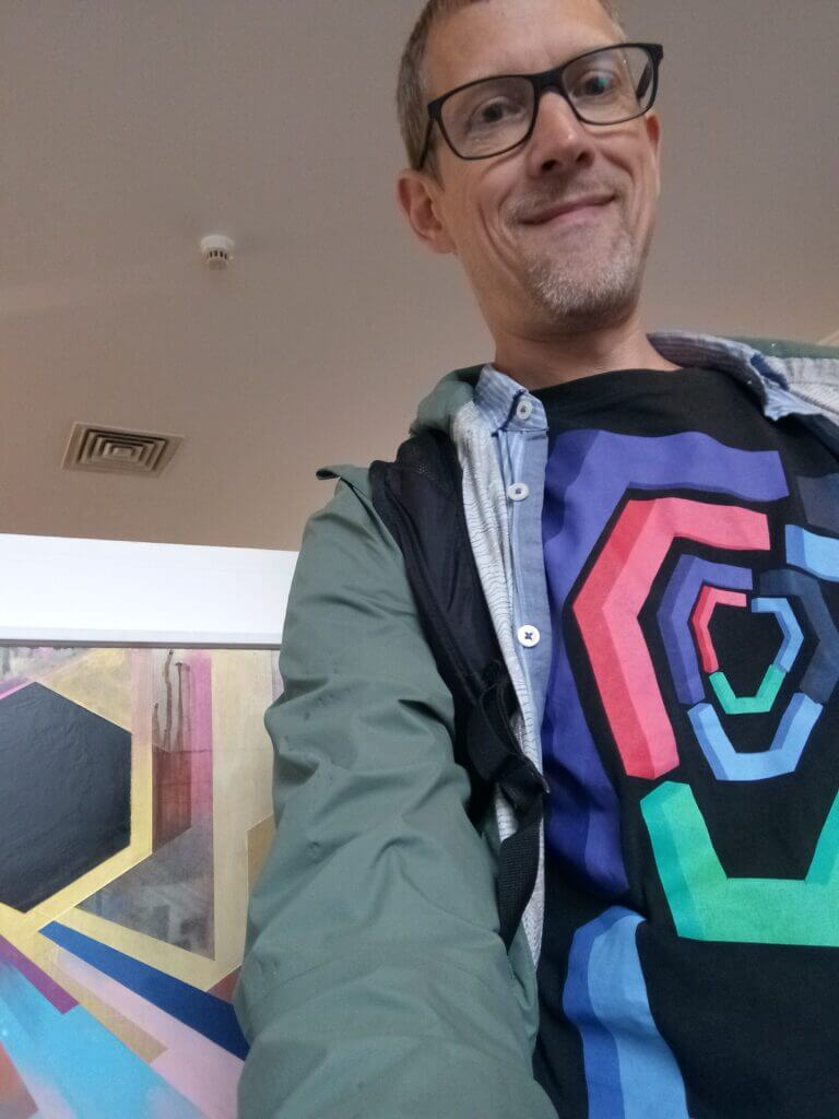Ingo mit buntem T-Shirt vor bunten Urban-Art-Kunstwerk