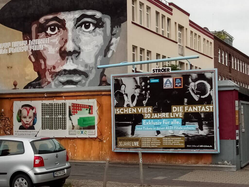 Plakate in Düsseldorf-Lierenfeld mit dem Gesicht des Künstlers Joseph Beuys und einem falsch geklebten Tourplakat der Band Die Fantastischen Vier