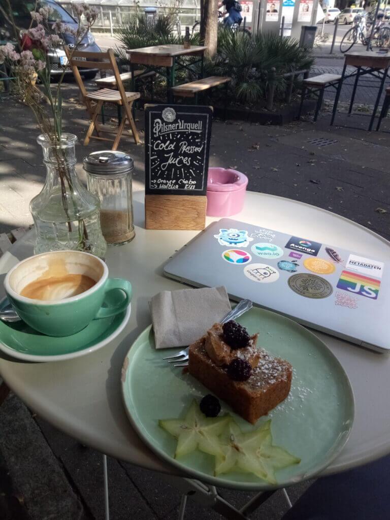 Luxusprobleme: mit Laptop im Straßencafé