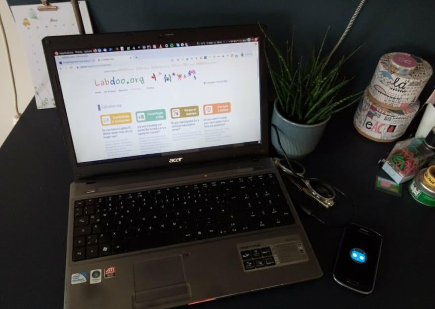 Altes Acer-Laptop mit Linux, daneben ein altes Handy mit CyanogenMod